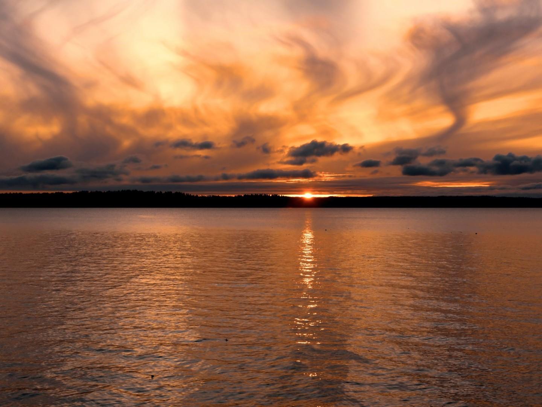 wispy-cloud-sunset-over-puget-sound-near-seattle-LWJQUNE